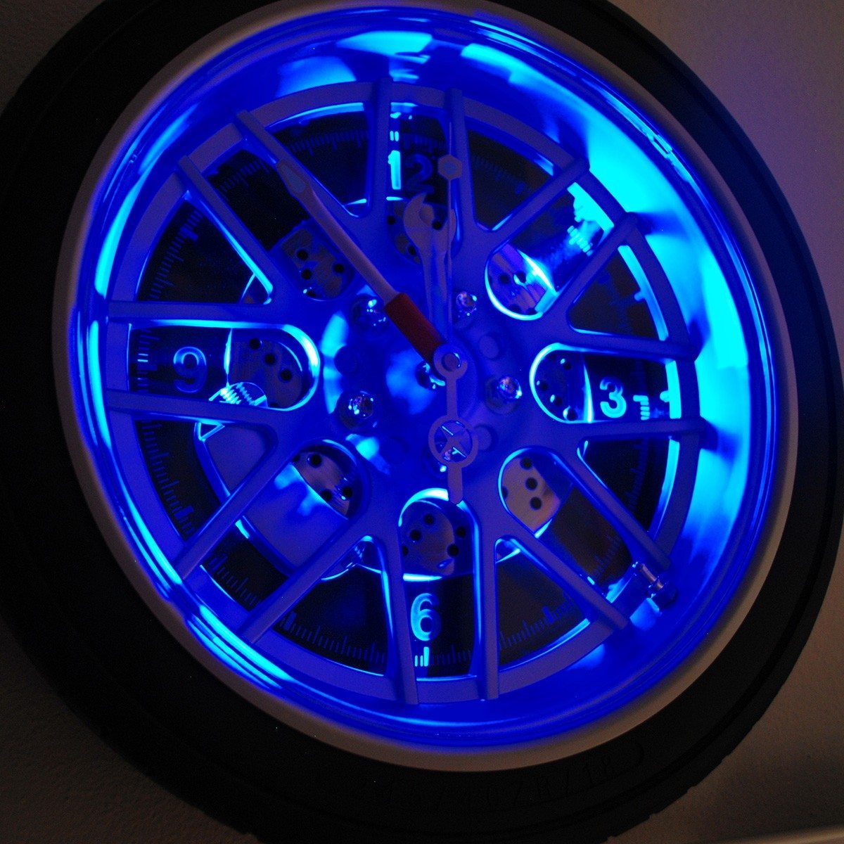 horloge au look de pneu de voiture avec clairage led. Black Bedroom Furniture Sets. Home Design Ideas