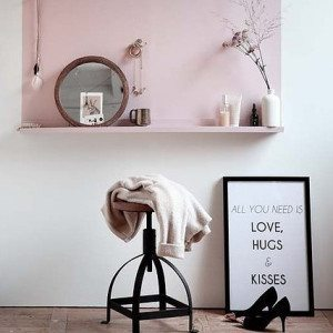 une chaise avec un miroir et une image avec all you need is love hugs and kisses